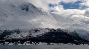 Nähtiin 10 vapaalaskijaa laskettelemassa jyrkkää vuoren rinnettä alas.