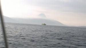 Ambulanssivene usvaisella merellä.