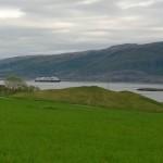 Viikinkihauta. Taustalla Hurtigrutten.